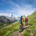 Radtour mit dem Zelt. Mit dem Mountainbike vorbei am Matterhorn in den Schweizer Alpen, Kanton Wallis, Schweiz.